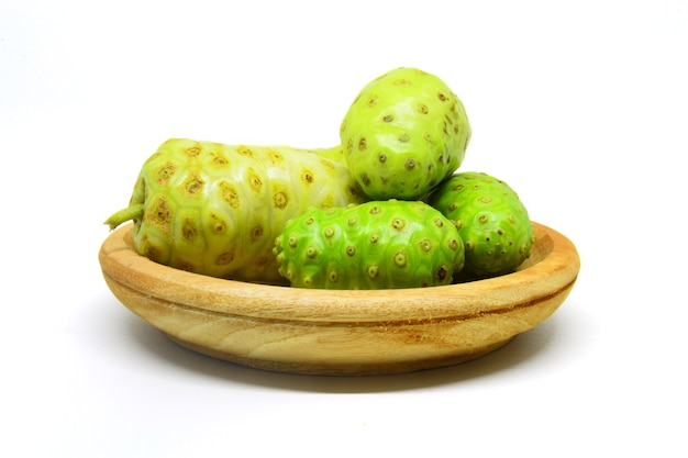 Fruit de noni ou morinda citrifolia mengkudu sur fond blanc