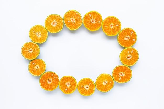 Fruit orange cadre rond isolé