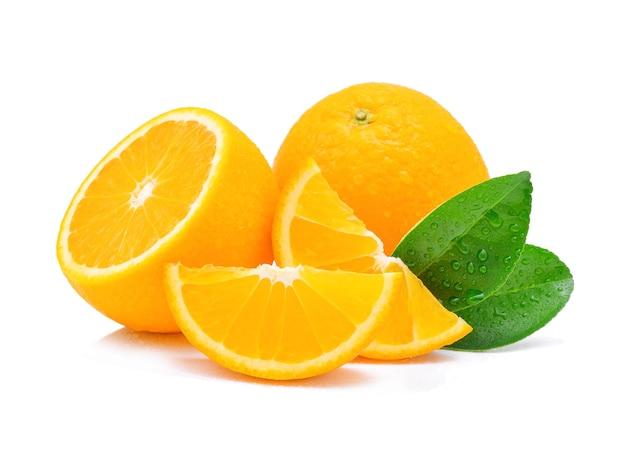 Fruit orange avec des gouttes isolé sur blanc