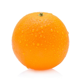 Fruit orange avec des gouttes isolé sur fond blanc