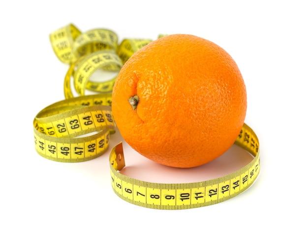 Fruit orange avec mesure isolé sur blanc. concept de régime et de soins du corps