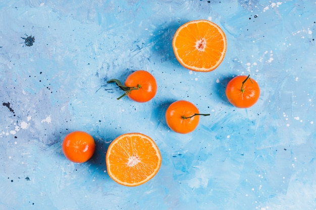 Fruit orange vif sur bleu