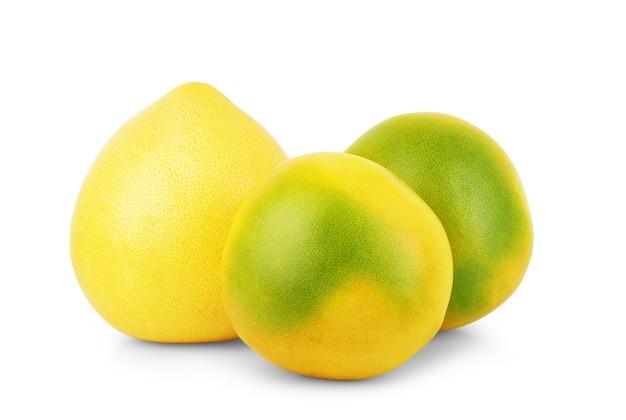 Fruit de pamela sur fond blanc