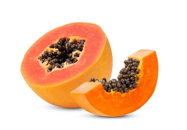 Fruit de papaye à moitié mûr avec graines isolé sur blanc