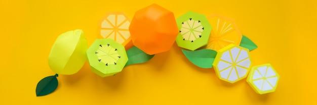 Fruit en papier. jaune . il y a de la place pour l'écriture. tropiques.