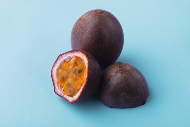 Fruit de la passion en demi-tranches sur fond bleu