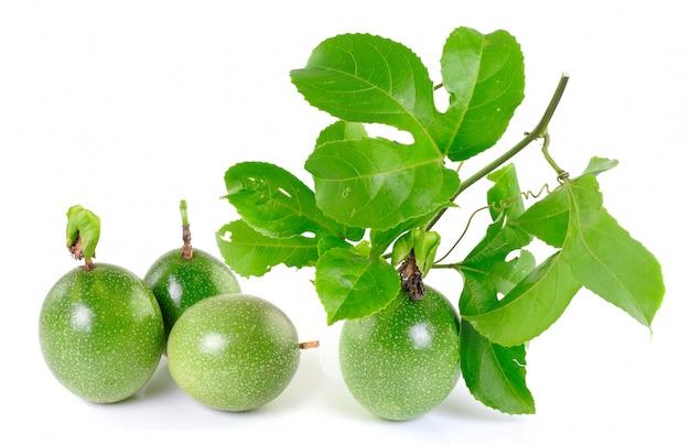 Fruit de la passion sur un espace blanc avec des feuilles.