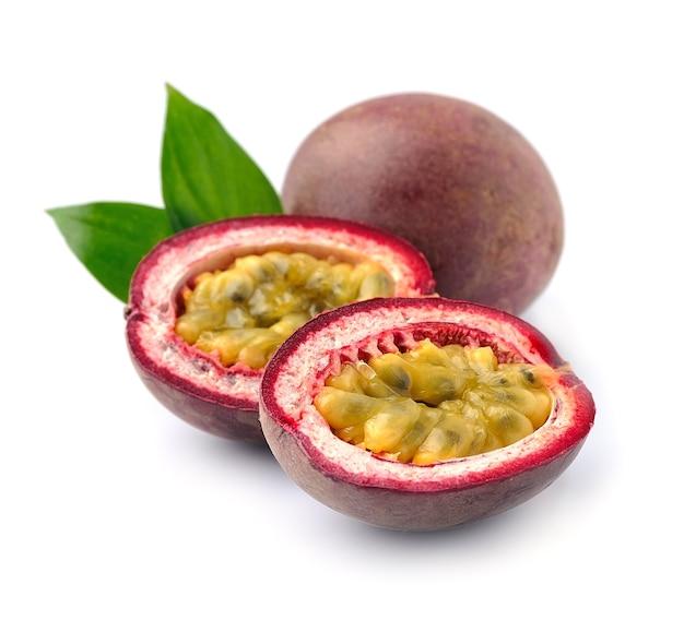 Fruit de la passion avec des feuilles