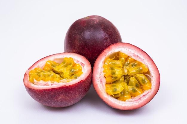 Fruit de la passion sur fond blanc