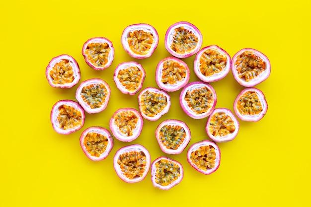Fruit de la passion sur fond jaune.