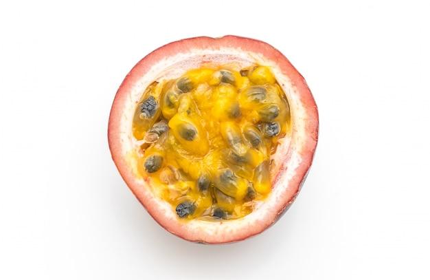 Fruit de la passion frais sur fond blanc