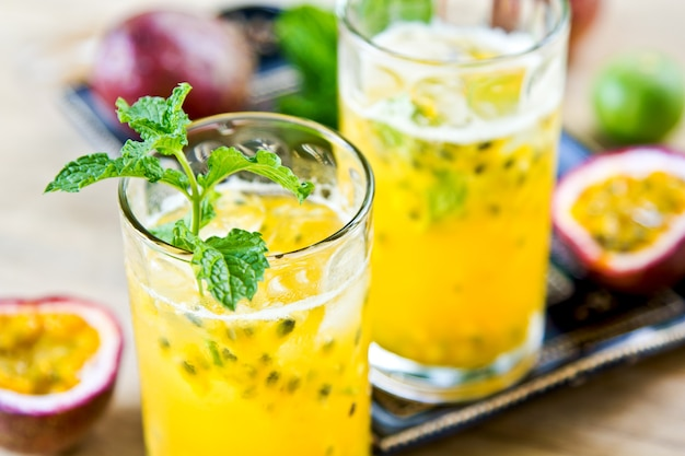 Fruit de la passion frais avec litchi et citron vert mojito
