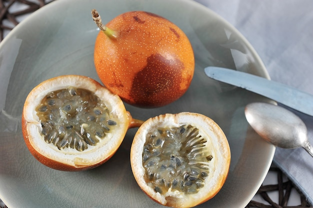 Fruit de la passion granadilla ou grenadia sur bleu