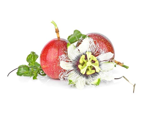 Fruit de la passion isolé sur blanc