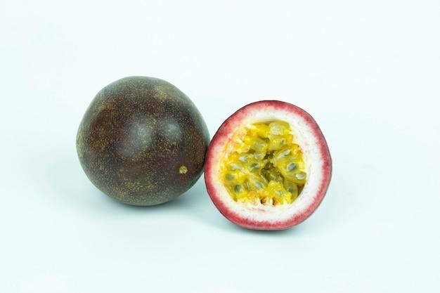 Fruit de la passion isolé sur fond blanc