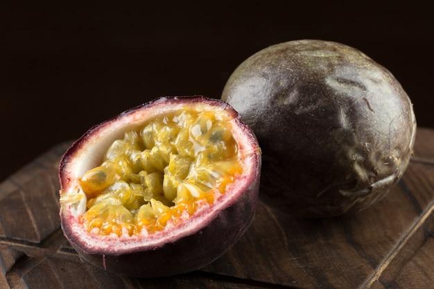 Fruit de la passion jaune sur fond de bois