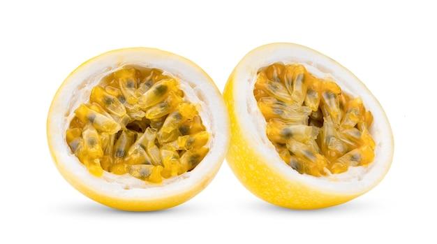 Fruit de la passion jaune isolé sur fond blanc