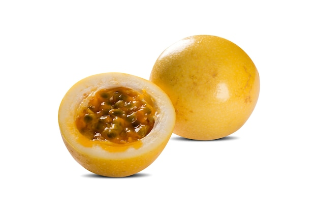 Fruit de la passion ou maracuya, fruit entier et ouvert.