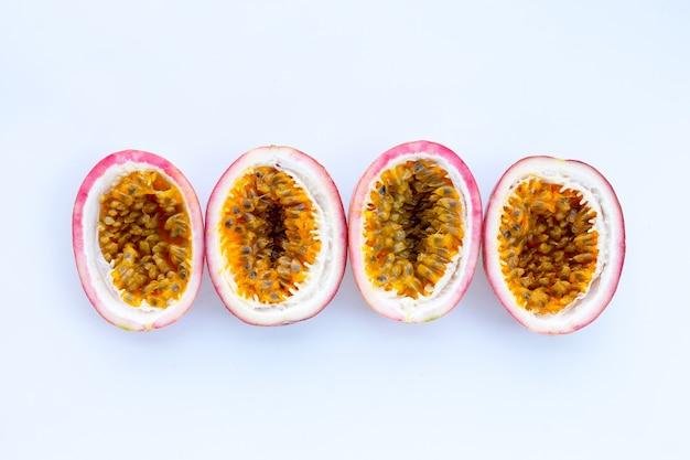 Fruit de la passion sur mur blanc. vue de dessus
