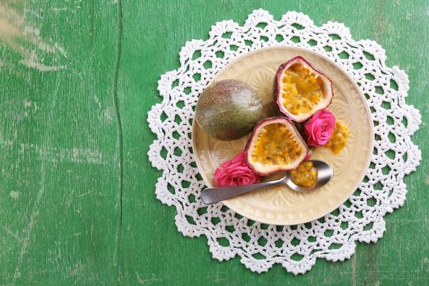 Fruit de la passion sur plaque sur bois de couleur
