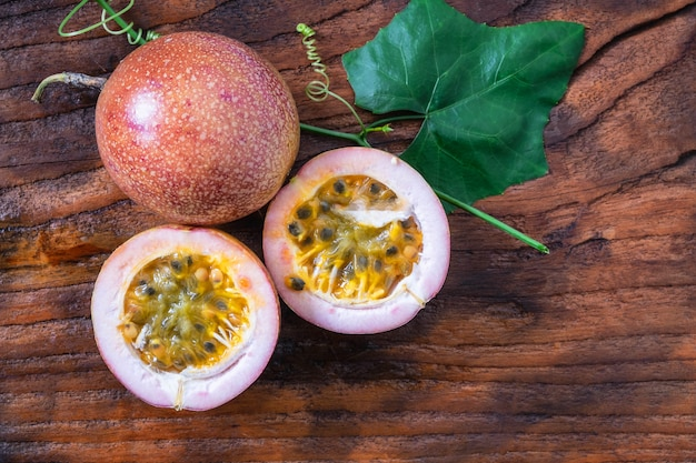 Fruit de la passion sur table en bois