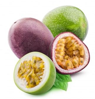 Fruit de la passion vert, maracuya isolé avec ombre