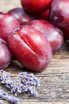 Fruit De Prune Avec Des Fleurs De Lavande Photo Premium
