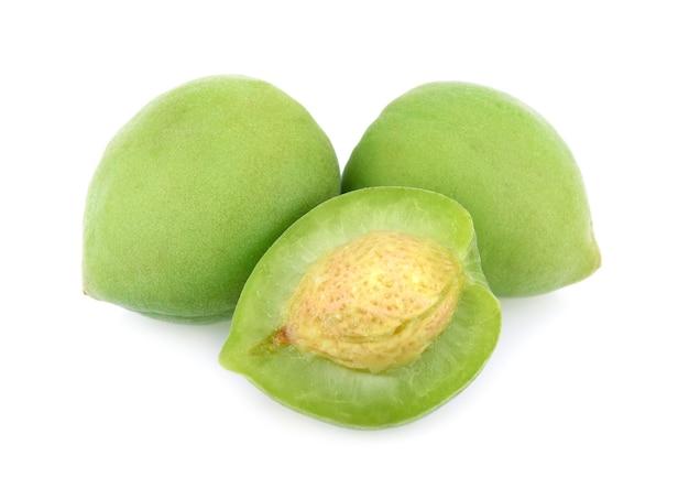 Fruit prune verte isolé sur fond blanc