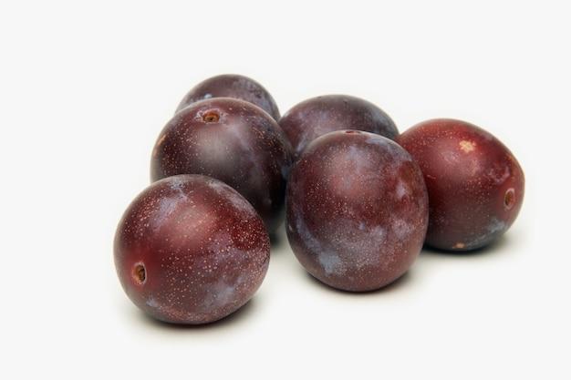 Fruit de prunes sur blanc