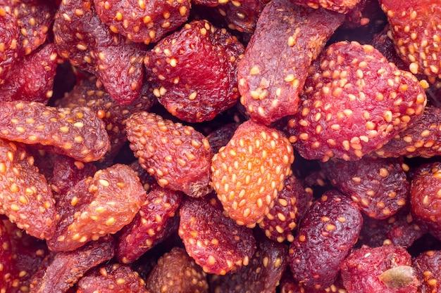 Un fruit rouge doux et doux avec une surface semée de graines