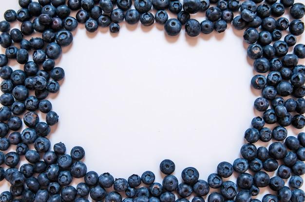 Fruit sucré frais et feuille de menthe avec copie. desserts aliments sains. groupe de baies biologiques juteuses bleues mûres. pour le site web, la conception de la bannière. isolé sur fond blanc.