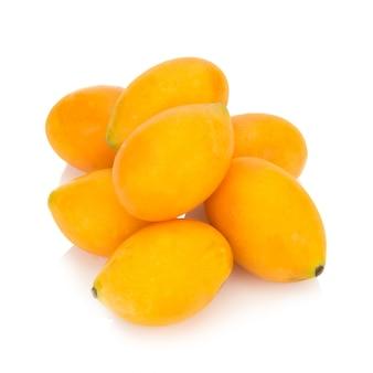 Fruit thaïlandais de prune mariale isolé. mayongchid. maprang. marian plum. prune mangue