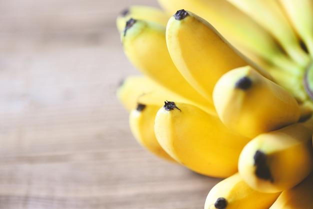 Fruit tropical de banane sur le fond en bois, banane mûre fraîche