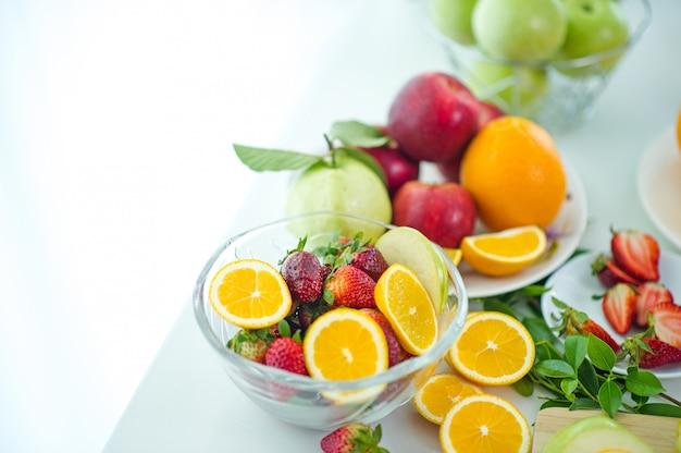 Les fruits d'un amoureux de la santé des fruits sains et des soins de santé pour manger des aliments sains à la peau.