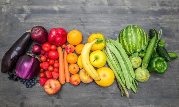 Fruits arc-en-ciel et légumes sur bois
