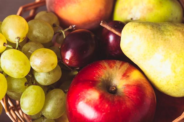 Fruits d'automne dans le panier en arrière-plan
