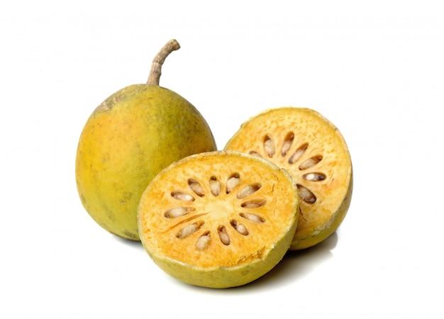 Fruits bael médicinales isolés sur blanc