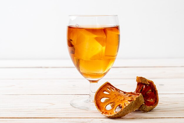 Fruits de bael séchés et boisson aux herbes