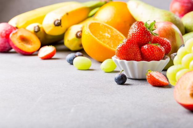 Fruits et baies assortis frais