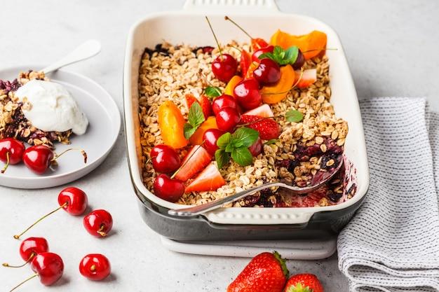 Fruits et baies d'avoine crumble dans un plat à four