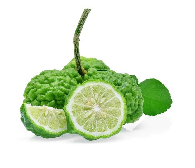 Fruits de bergamote sur fond blanc