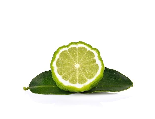 Fruits de bergamote sur mur blanc
