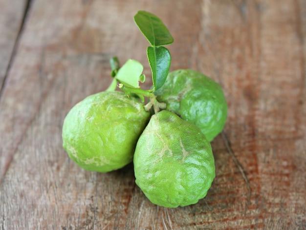 Fruits de bergamote sur la table en bois