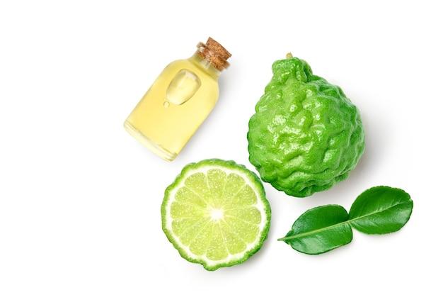 Fruits de bergamote en tranches isolé sur fond blanc