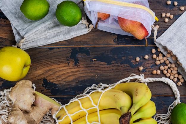 Fruits bio frais dans un sac écologique