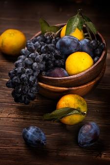 Fruits biologiques frais dans un bol en bois. style rustique.