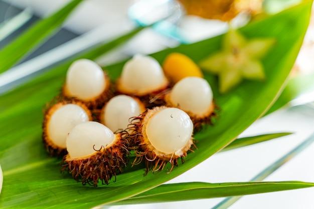Fruits biologiques frais servis sur la feuille verte.