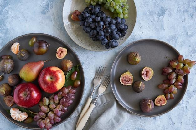Fruits biologiques sains dans des assiettes