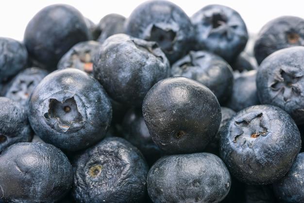 Les fruits des bleuets sont empilés et appétissants.