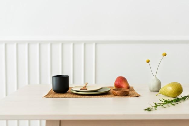 Fruits et boissons sur une table en bois